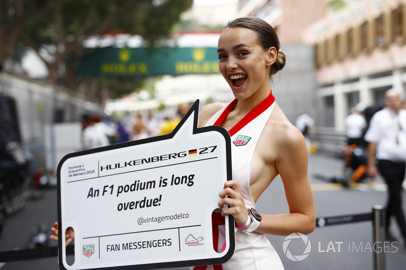 A grid girl holds a message board for Nico Hulkenberg, Renault Sport F1 Team