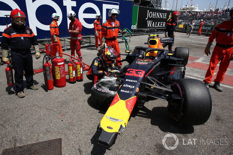 Max Verstappen, Red Bull Racing RB14 mira su coche accidentado