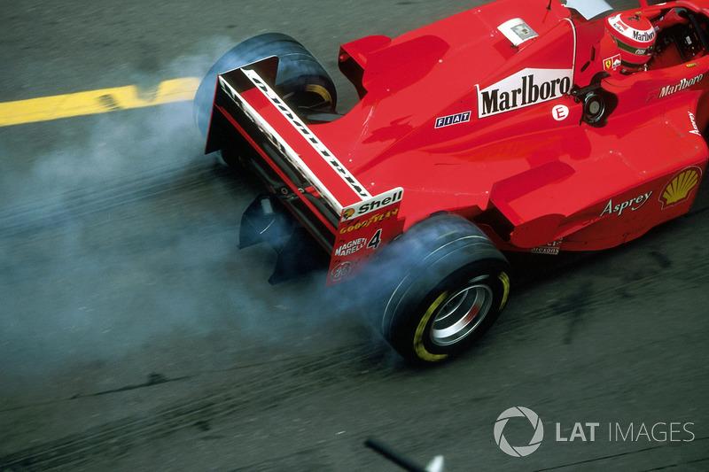 Eddie Irvine, Ferrari F300 pit stop çıkışı lastik yakıyor