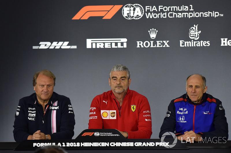 Robert Fearnley, subdirector del equipo Force India F1, Maurizio Arrivabene, director de Ferrari, y Franz Tost, director de Toro Rosso, en la rueda de prensa de la FIA