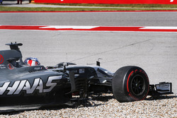 Romain Grosjean, Haas F1 Team VF-17, goes off the track and into the gravel