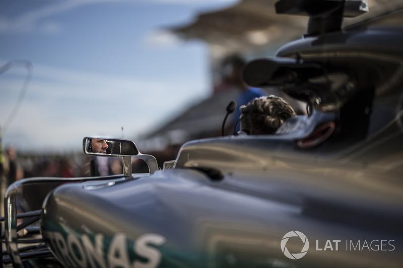 Mecánicos en el Mercedes-Benz F1 W08