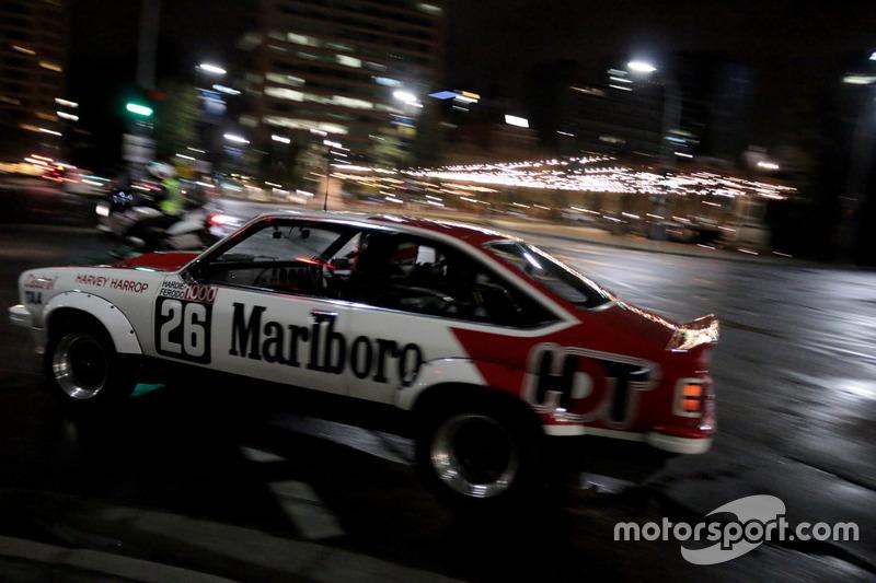 Een Holden toerwagen in de straten van Adelaide