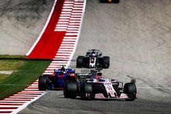 Серхио Перес, Sahara Force India F1 VJM10, Даниил Квят, Scuderia Toro Rosso STR12, и Ромен Грожан, H