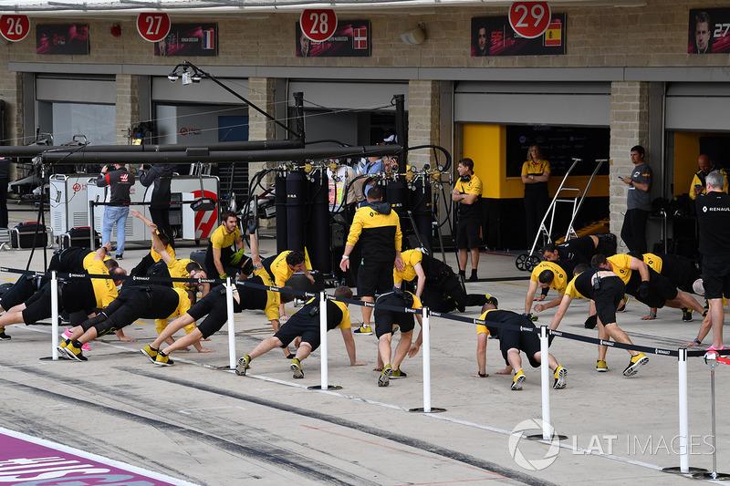 Механики Renault Sport F1 Team выполняют разминку