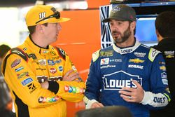 Kyle Busch, Joe Gibbs Racing Toyota, Jimmie Johnson, Hendrick Motorsports Chevrolet