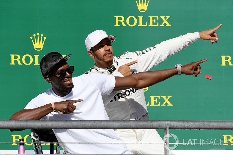 Ganador de la carrera Lewis Hamilton, Mercedes AMG F1 celebra en el podio con Usain Bolt