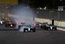 Старт гонки: Льюис Хэмилтон и Нико Росберг, Mercedes F1 W07 Hybrid, Макс Ферстаппен, Red Bull Racing