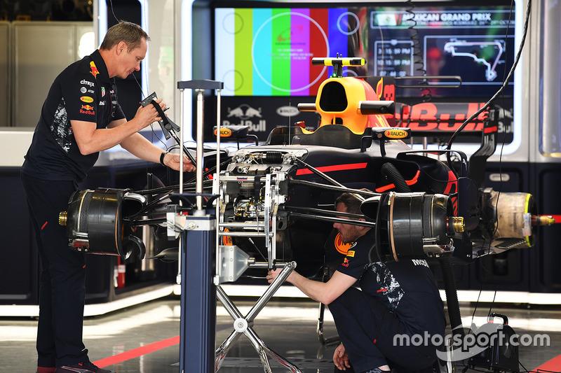 El RB13 de Red Bull Racing en el box