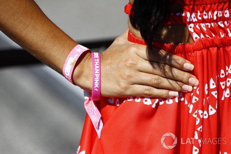 Grid girl con un braccialetto Think Pink