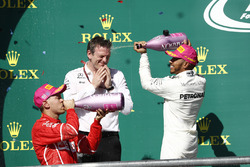 Race winner Lewis Hamilton, Mercedes AMG F1, James Allison, Technical Director, Mercedes AMG F1, Second place Sebastian Vettel, Ferrari, celebrate with Champagne
