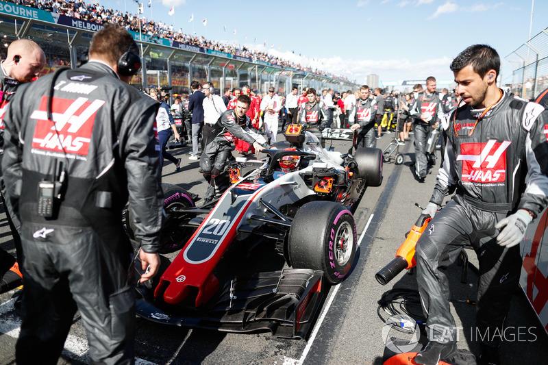 Благодаря штрафу Даниэля Риккардо, Кевин Магнуссен занял пятую позицию на стартовой решетке – это лучший результат в истории Haas. Ромен Грожан начал гонку вместе с ним с третьего ряда – и это также лучший общий результат в истории американской команды