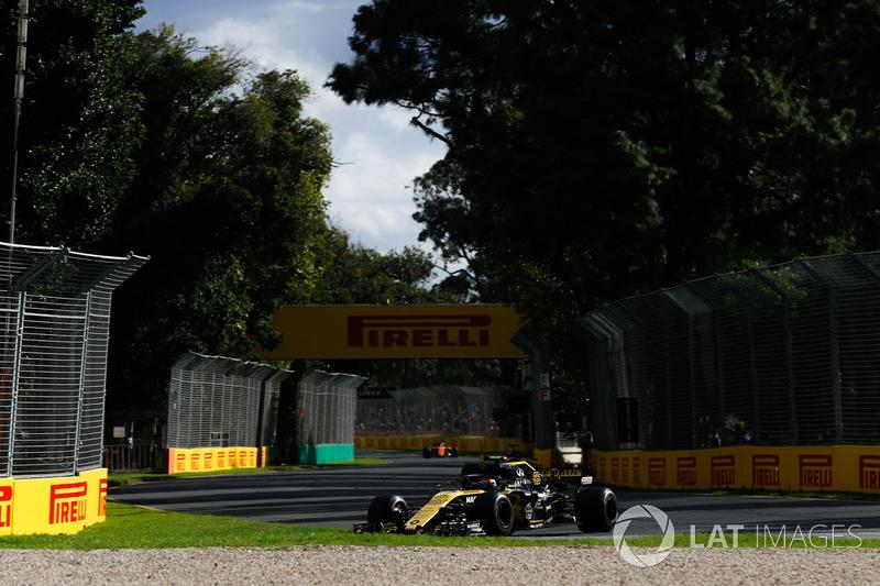 Carlos Sainz Jr., Renault Sport F1 Team R.S. 18, Fernando Alonso, McLaren MCL33 Renault