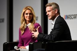 Steve Phelps, NASCAR pazarlama şefi, ve emcee Danielle Trotta