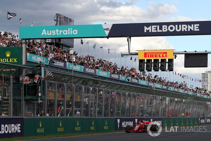 Il vincitore della gara Sebastian Vettel, Ferrari SF71H taglia il traguardo e prende la bandiera a scacchi