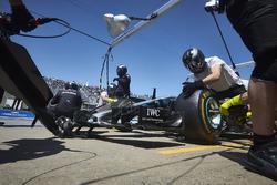 Des mécaniciens dans la voie des stands avec la voiture de Valtteri Bottas, Mercedes AMG F1 W09