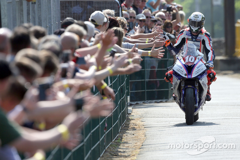 Peter Hickman viert zijn overwinning in de RL360º Superstock TT race