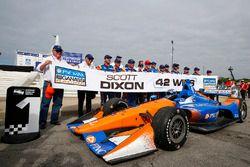 Scott Dixon, Chip Ganassi Racing Honda, Winnar, viert zijn 42ste overwinning met zijn crew