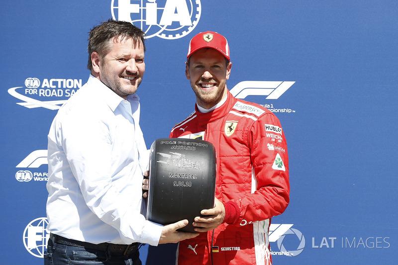 Sebastian Vettel, Ferrari con el trofeo de Pirelli por la pole position y Paul Hembery, Pirelli