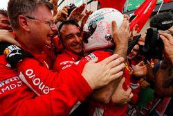 Sebastian Vettel, Ferrari, viert de overwinning