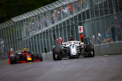 Marcus Ericsson, Sauber C37, por delante de Max Verstappen, Red Bull Racing RB14
