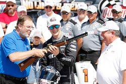 Josef Newgarden, Team Penske Chevrolet ontvangt een Henry geweer vanwege zijn pole