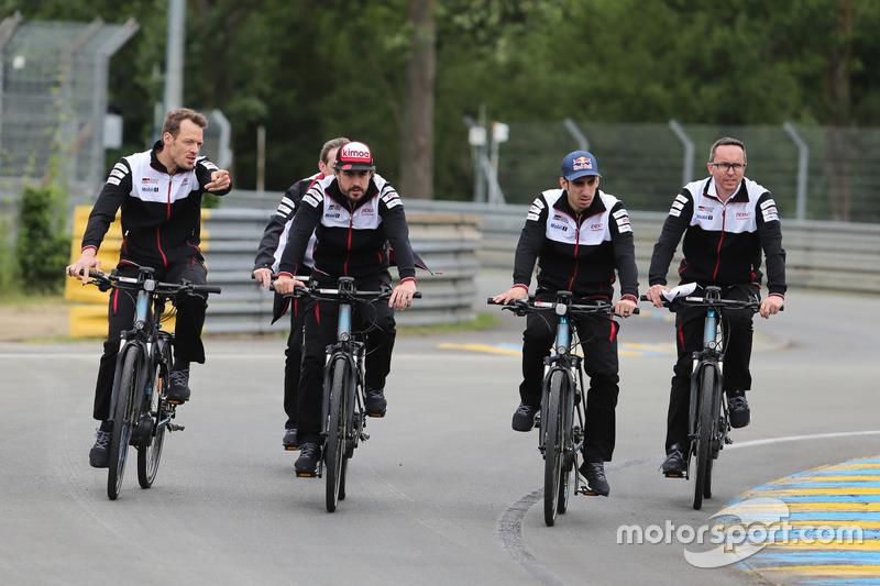 Alexander Wurz, Fernando Alonso, Sébastien Buemi, Toyota Gazoo Racing en bici por el circuito