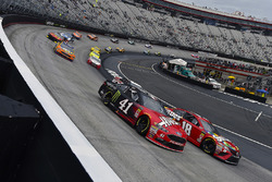 Kurt Busch, Stewart-Haas Racing, Ford Fusion Haas Automation/Monster Energy and Kyle Busch, Joe Gibb