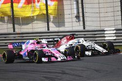 Marcus Ericsson, Sauber C37 y Esteban Ocon, Force India VJM11 battle
