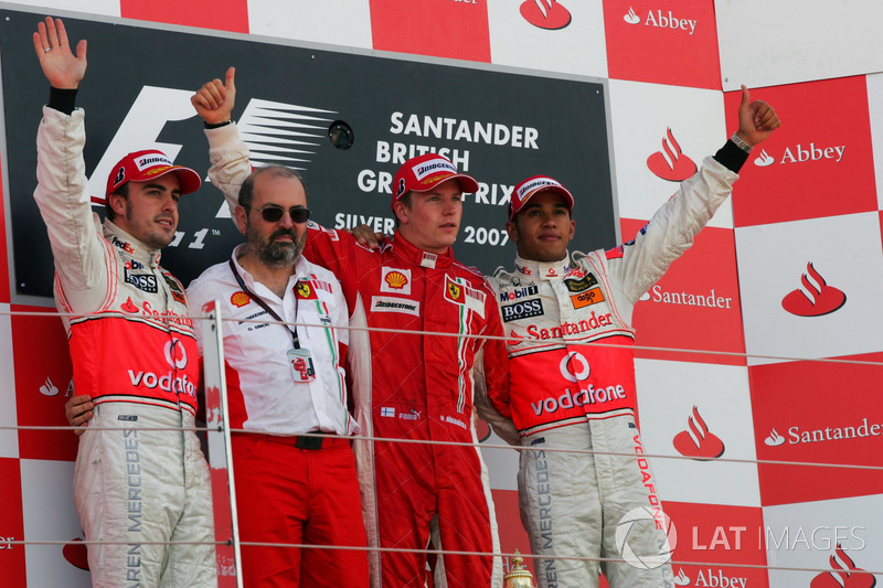 Podium: tweede plaats Fernando Alonso, McLaren, Gilles Simon, Ferrari Engine Department, racewinnaar