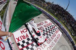 #6 Acura Team Penske Acura DPi, P: Dane Cameron, Juan Pablo Montoya takes the green flag at the start