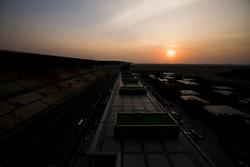 Le soleil se couche derrière le paddock