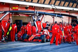 Sebastian Vettel, Ferrari SF71H, entra a boxes