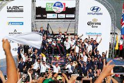 Podium: Winnaars Sébastien Ogier, Julien Ingrassia, M-Sport Ford WRT Ford Fiesta WRC with the team