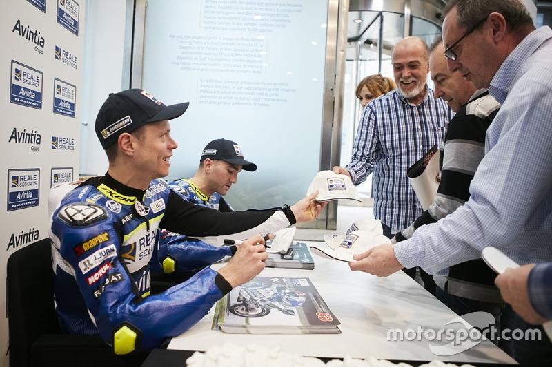 Tito Rabat en Xavier Siméon, Avintia Racing delen handtekeningen uit