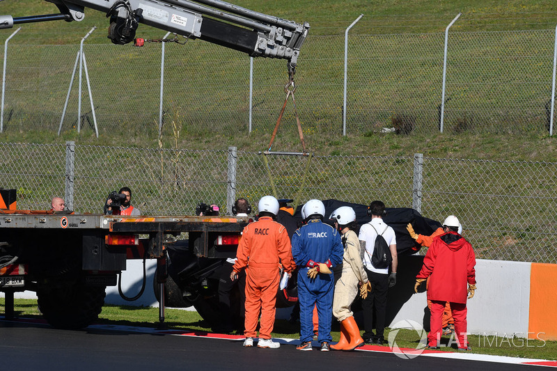 El auto de Stoffel Vandoorne, McLaren MCL33, es recuperado de la pista