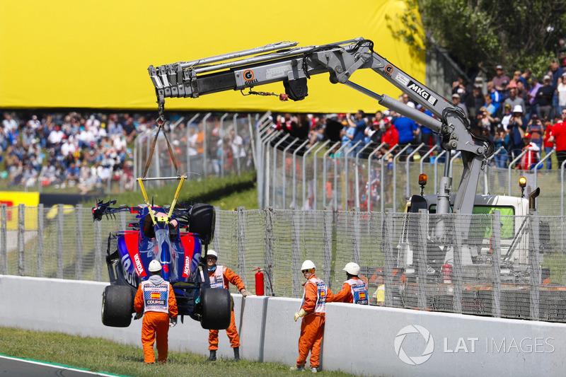 La monoposto incidentata di Pierre Gasly, Toro Rosso STR13, viene rimossa dalla pista dai marshal