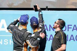 Jean-Eric Vergne, Techeetah, Andre Lotterer, Techeetah, alle prese con un selfie sul podio
