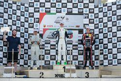 منصة تتويج السباق الثاني الفائز دايفيد شوماخر، جولة أبوظبي، فورمولا 4 الإماراتية