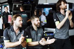 Los miembros del equipo Jaguar Racing aplauden en el garaje