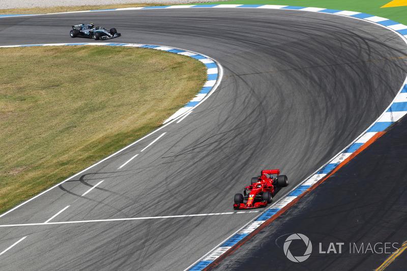 Себастьян Феттель, Ferrari SF71H, попереду Валттері Боттаса, Mercedes AMG F1 W09