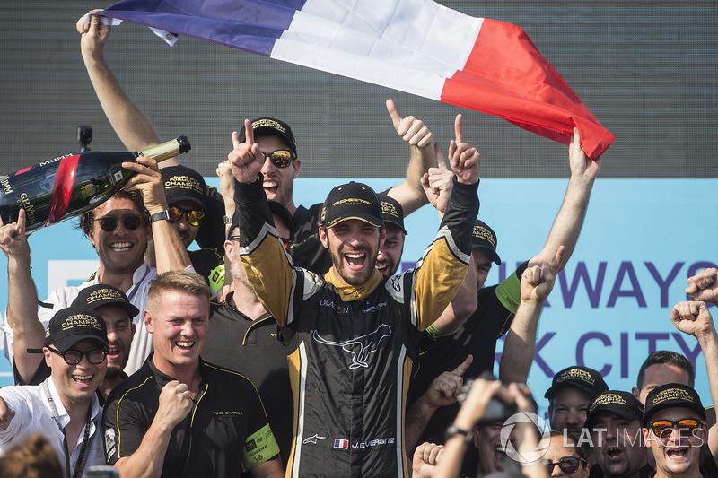 Jean-Eric Vergne, Techeetah, festeggia con il team sul podio