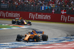 Fernando Alonso, McLaren MCL33, leads Daniel Ricciardo, Red Bull Racing RB14