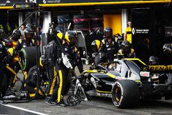 Carlos Sainz Jr., Renault Sport F1 Team R.S. 18, fait un arrêt aux stands