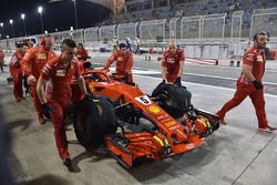 Sebastian Vettel, Ferrari SF71H e i meccanici Ferrari in pit lane