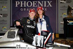 1. Josef Newgarden, Team Penske Chevrolet, mit Freundin Ashley Welch