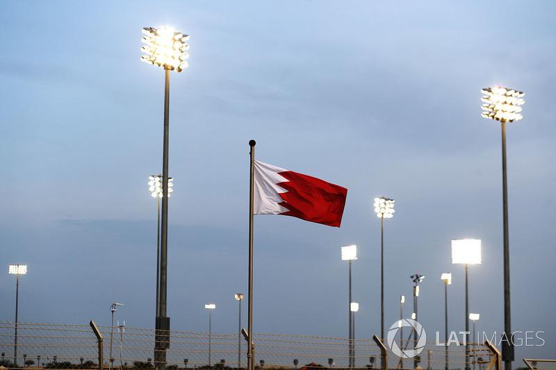 Rifflettori e una bandiera del Bahrain