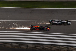 Max Verstappen, Red Bull Racing RB14 and Lewis Hamilton, Mercedes-AMG F1 W09 EQ Power+ battle