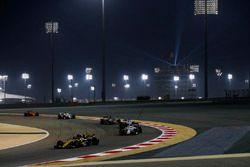 Carlos Sainz Jr., Renault Sport F1 Team R.S. 18, devant Marcus Ericsson, Sauber C37 Ferrari, Lance Stroll, Williams FW41 Mercedes, et Romain Grosjean, Haas F1 Team VF-18 Ferrari