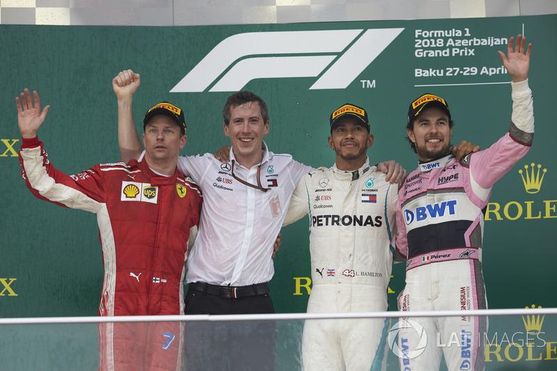 Kimi Raikkonen, Ferrari, 2° classificato, il delegato Mercedes per il trofeo costruttori, Lewis Hamilton, Mercedes AMG F1, 1° classificato, e Sergio Perez, Force India, 3° classificato, sul podio
